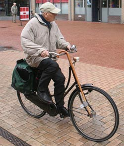 elderly_cyclist_drachten.250